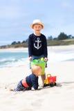 Dos hermanos adorables en la playa Imagen de archivo