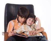 Dos hermanos con el libro Fotografía de archivo