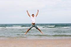 Dos hermanos de un adolescente que juega en el océano, la amistad o Imágenes de archivo libres de regalías