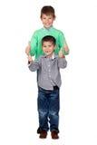 Dos hermanos divertidos que dicen OK Imágenes de archivo libres de regalías