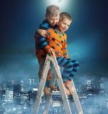 Dos hermanos en la escalera mágica Imagen de archivo libre de regalías
