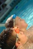 Dos hermanos en la piscina Imagen de archivo libre de regalías