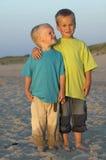 Dos hermanos en una playa Foto de archivo