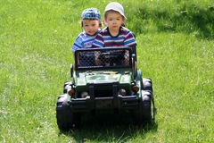 Dos hermanos felices en coche Imagenes de archivo