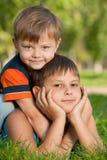 Dos hermanos felices en la hierba Imagen de archivo