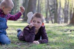 Dos hermanos jovenes que pelean en el parque imagenes de archivo