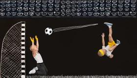Dos hermanos juegan a fútbol Dibujos en tiza en la pared imagen de archivo