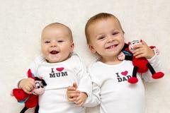 Dos hermanos, llevando a cabo las manos, sonriendo Fotografía de archivo libre de regalías