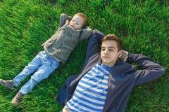 Dos hermanos, niños y adolescentes divirtiéndose, prado verde Fotos de archivo