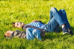 Dos hermanos, niños y adolescentes divirtiéndose, prado verde Fotografía de archivo