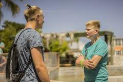Dos hermanos o amigos adolescentes que se colocan de charla Foto de archivo libre de regalías