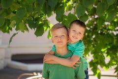 Dos hermanos que abrazan en día de verano Concepto de la amistad de la fraternidad fotografía de archivo libre de regalías
