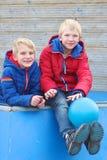 Dos hermanos que juegan al aire libre Foto de archivo
