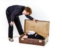 Dos hermanos que juegan con la maleta retra Fotografía de archivo