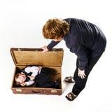 Dos hermanos que juegan con la maleta retra Fotografía de archivo libre de regalías