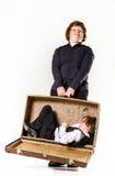 Dos hermanos que juegan con la maleta retra Fotos de archivo