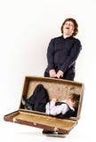 Dos hermanos que juegan con la maleta retra Imagenes de archivo