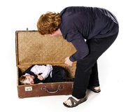 Dos hermanos que juegan con la maleta retra Foto de archivo libre de regalías