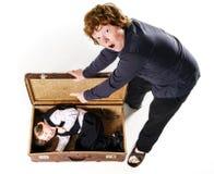 Dos hermanos que juegan con la maleta retra Foto de archivo