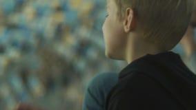 Dos hermanos que miran nervioso el partido de fútbol en estadio, campeonato, cierre para arriba metrajes