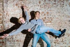 Dos hermanos que presentan en el estudio, estilo sport adolescente Fotografía de archivo libre de regalías