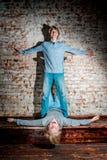 Dos hermanos que presentan en el estudio, estilo sport adolescente Imágenes de archivo libres de regalías