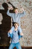 Dos hermanos que presentan en el estudio, estilo sport adolescente Imagenes de archivo