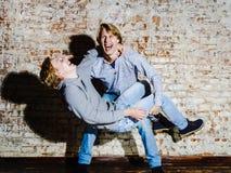 Dos hermanos que presentan en el estudio, estilo sport adolescente Imagen de archivo libre de regalías