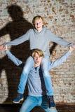 Dos hermanos que presentan en el estudio, estilo sport adolescente Imagen de archivo