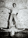 Dos hermanos que presentan en el estudio, estilo sport adolescente Foto de archivo libre de regalías