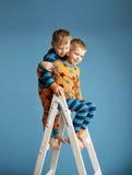 Dos hermanos sonrientes en la escalera Fotos de archivo libres de regalías