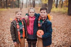 Dos hermanos y una hermana, tres niños en el bosque foto de archivo