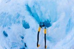 Dos herramientas modernas del hielo plantadas en el icefall durante una echada Imagen de archivo libre de regalías