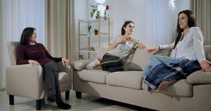 Dos hijas maduras y la vieja madre tienen una conversación muy interesante sobre una sala de estar espaciosa grande ellas que ch almacen de video