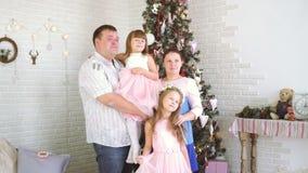 Dos hijas, papás y una madre embarazada que presenta delante de un fotógrafo almacen de metraje de vídeo