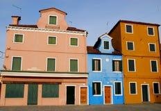 Dos hogares que protegen un Burano más pequeño en el municipio de Venecia en Italia Fotografía de archivo