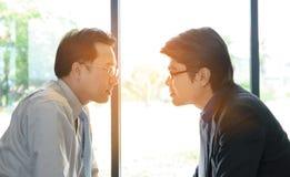 Dos hombre de negocios Staring en uno a imagen de archivo libre de regalías