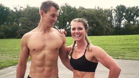 Dos hombre y mujer bien entrenados están presentando almacen de video