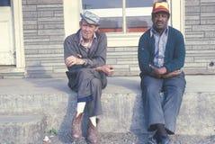 Dos hombres abajo en su suerte que se sienta en un banco, Virginia Imagen de archivo libre de regalías
