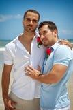 Dos hombres alegres en la playa Fotos de archivo libres de regalías