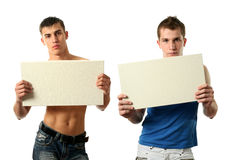 Dos hombres atractivos que muestran una copia espacian la cartelera en blanco Imagen de archivo