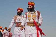 Dos hombres barbudos en trajes retros van a la competencia de señor Desert Fotos de archivo