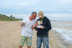 Dos hombres con un abejón en manos Fotos de archivo libres de regalías