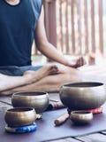Dos hombres de la yoga hacen la yoga al aire libre con los cuencos del canto fotos de archivo libres de regalías