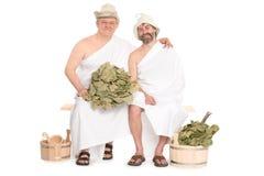 Dos hombres de mediana edad en sauna rusa tradicional imagenes de archivo