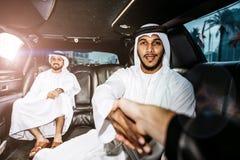 Dos hombres de negocios árabes que hablan de negocio en el li de la compañía imagen de archivo libre de regalías