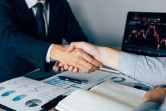 Dos hombres de negocios acordaron comprar y vender partes sacudiendo las manos para aceptar la inversión mutua imagenes de archivo