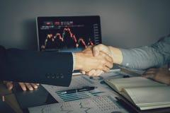 Dos hombres de negocios acordaron comprar y vender partes sacudiendo las manos para aceptar la inversi?n mutua imagen de archivo