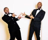 Dos hombres de negocios afroamericanos en la presentación emocional de los trajes negros, g Foto de archivo