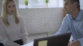 Dos hombres de negocios cansados en la preocupación de la oficina sobre el futuro de la compañía negocio 4K del trato del fiasco  almacen de video